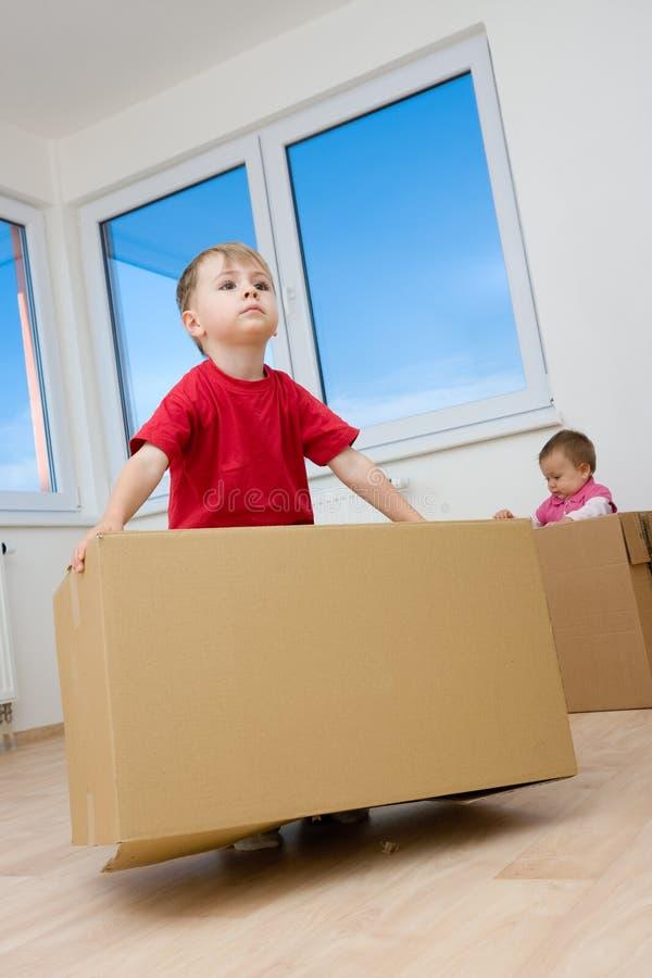 Niños que juegan con los rectángulos fotografía de archivo libre de regalías
