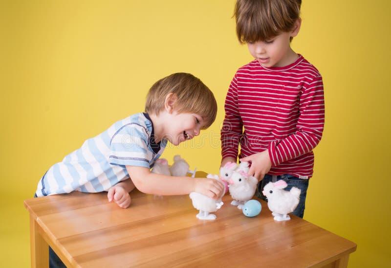 Niños que juegan con Pascua Bunny Toys imagenes de archivo