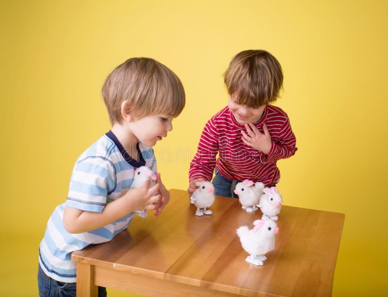 Niños que juegan con Pascua Bunny Toys fotografía de archivo