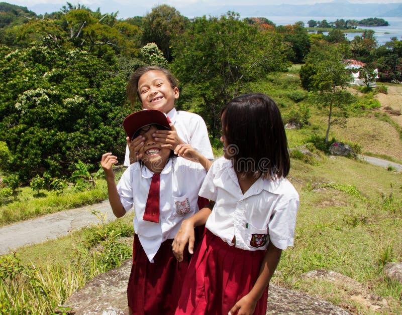 Niños que juegan después de la escuela fotos de archivo