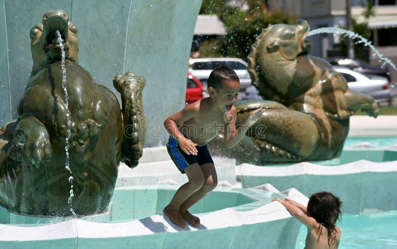 Niños que juegan el agua en la bahía de la misión fotografía de archivo