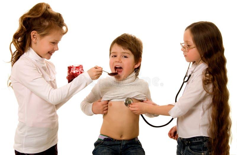 Niños que juegan el hospital imágenes de archivo libres de regalías