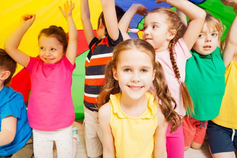 Niños que juegan el paracaídas durante festival de los deportes imagen de archivo