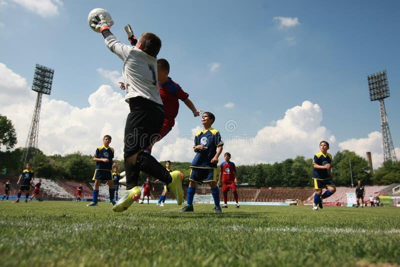 Niños que juegan el partido de fútbol del fútbol foto de archivo libre de regalías