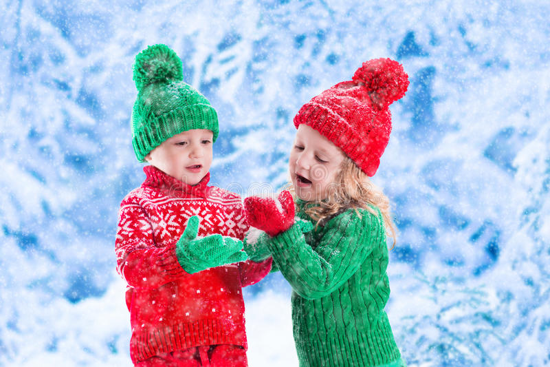 Niños que juegan en bosque nevoso del invierno foto de archivo libre de regalías