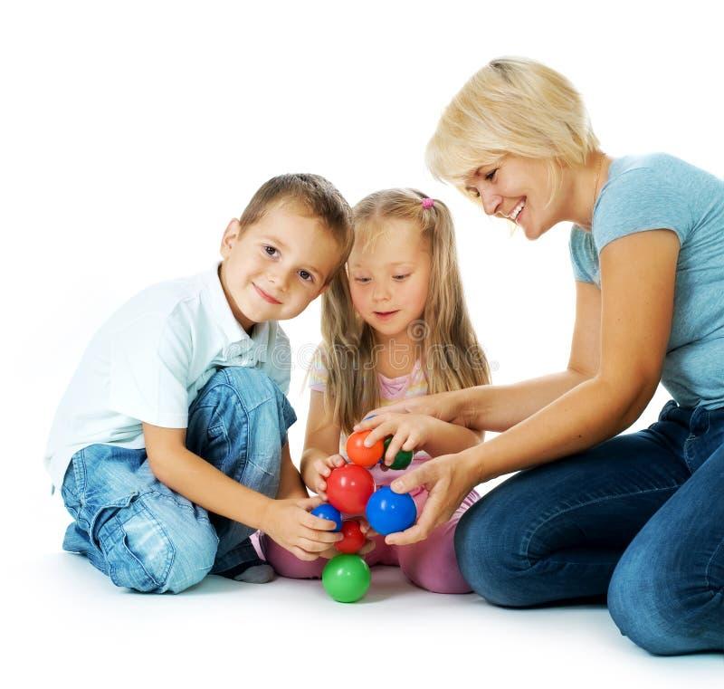 Niños que juegan en el suelo imagen de archivo