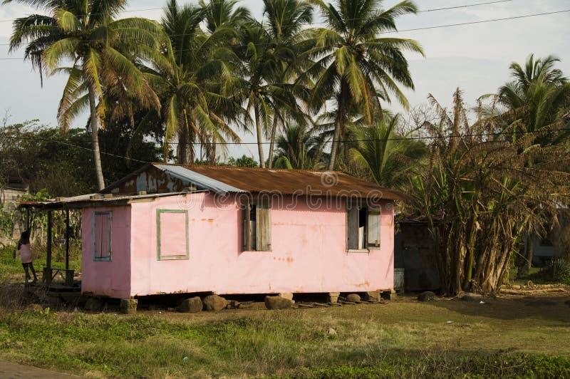 Niños que juegan en la isla Nicaragua del maíz de la casa imagenes de archivo
