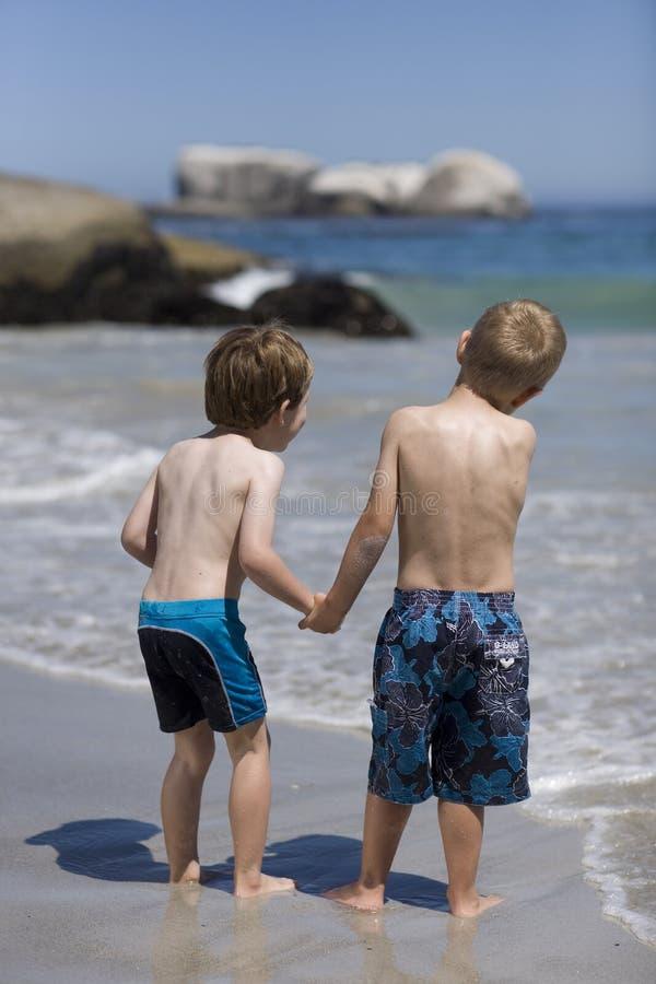 Niños que juegan en la playa. fotografía de archivo