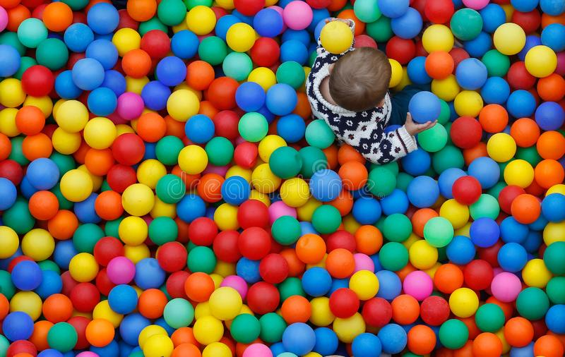 Niños que juegan en una piscina de las bolas en un acontecimiento de las actividades de las familias durante festividades locales fotos de archivo libres de regalías