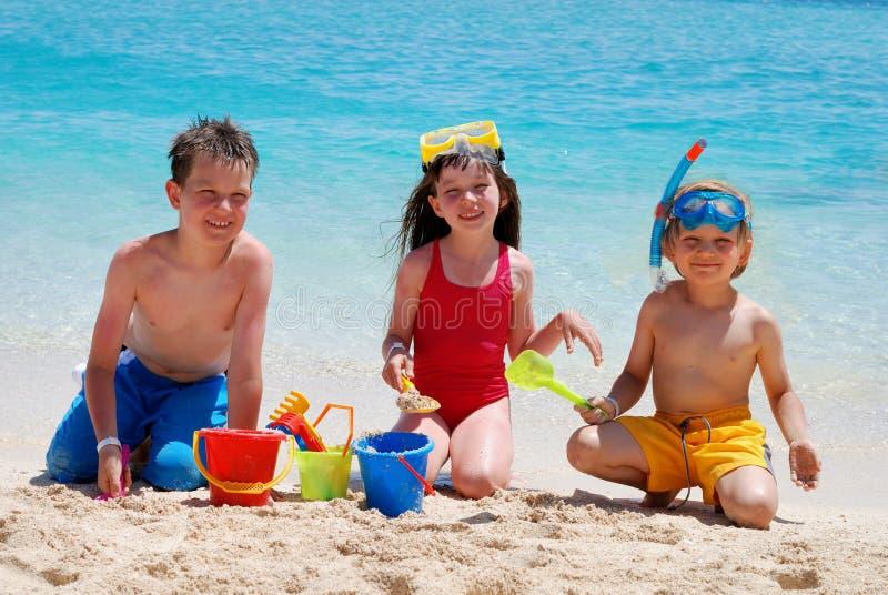 Niños que juegan en una playa fotografía de archivo