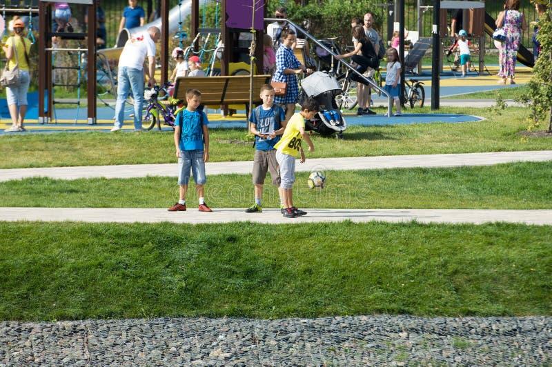 Niños que juegan a fútbol en el parque de Butovo, Moscú, Rusia imagen de archivo