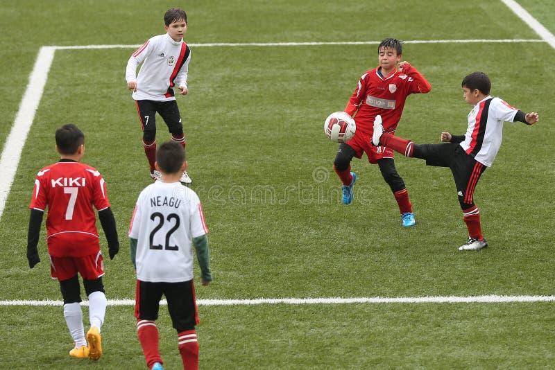 Niños que juegan a fútbol o a fútbol foto de archivo libre de regalías