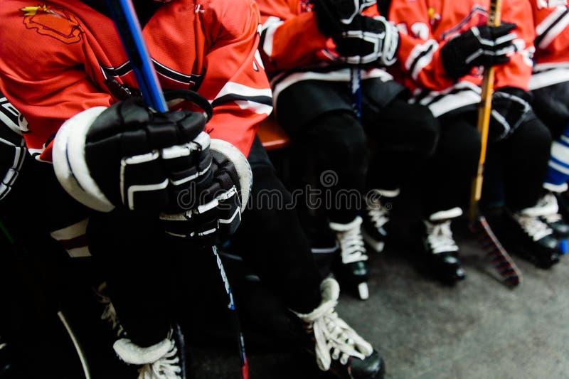 Niños que juegan a hockey fotos de archivo libres de regalías
