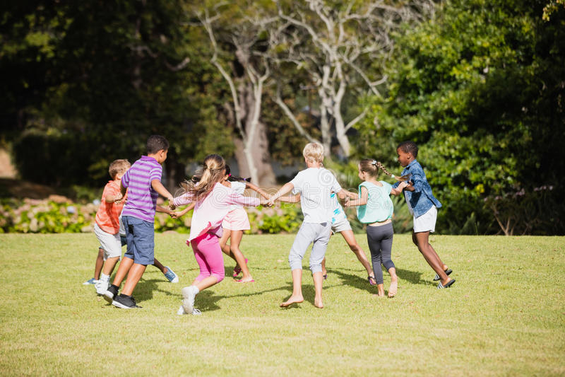 Niños que juegan junto durante un día soleado fotos de archivo libres de regalías