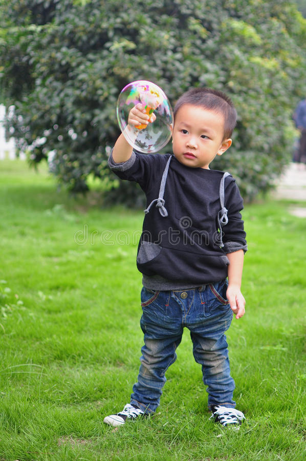 Niños que juegan la burbuja foto de archivo libre de regalías