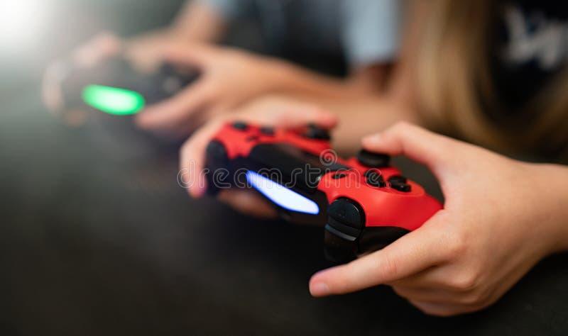 Niños que juegan a los juegos video foto de archivo libre de regalías