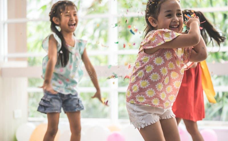 Niños que juegan y que lanzan el papel y el globo en partido del niño fotos de archivo libres de regalías