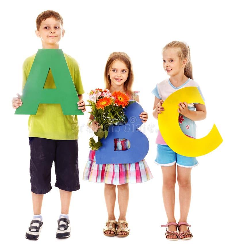 Niños que llevan a cabo el ABC. fotografía de archivo