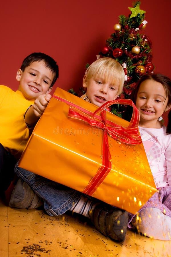 Download Niños Que Llevan El Regalo De La Navidad Imagen de archivo - Imagen de hermoso, lindo: 7150997