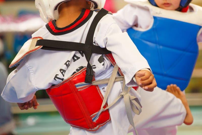 Niños que luchan en etapa durante la competencia del Taekwondo imágenes de archivo libres de regalías