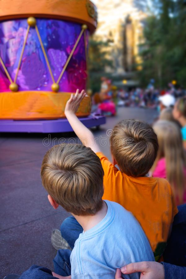 Niños que miran vertical del desfile fotos de archivo libres de regalías