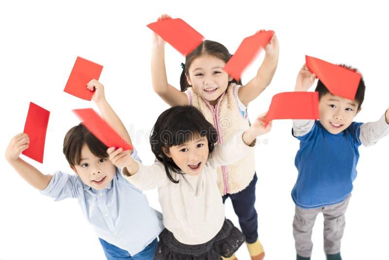 Niños que muestran el sobre rojo por Año Nuevo chino fotografía de archivo libre de regalías