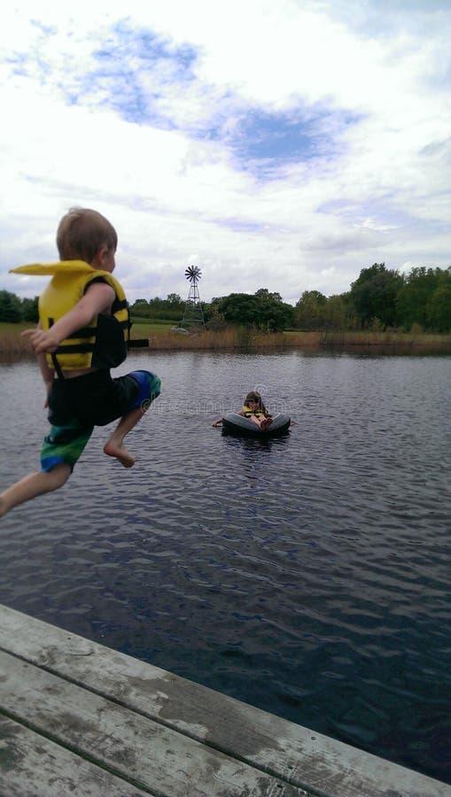 Niños que nadan disfrutando del verano imagen de archivo