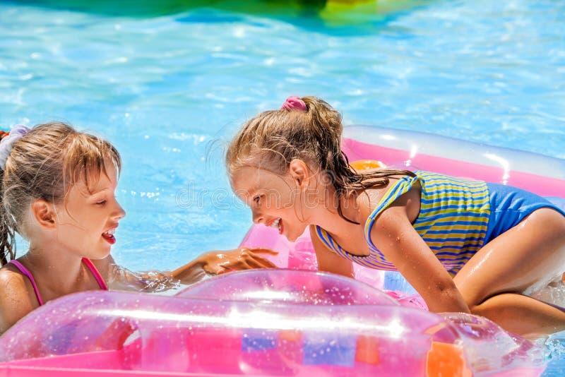 Niños que nadan en el colchón inflable de la playa fotografía de archivo libre de regalías