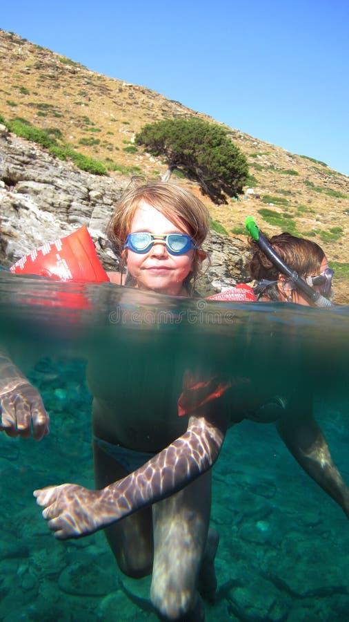 Niños que nadan en el mar imagen de archivo libre de regalías