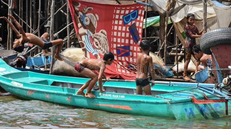Niños que nadan en el río foto de archivo libre de regalías