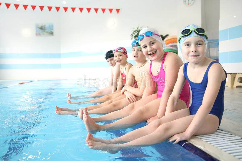 Niños que nadan en piscina fotografía de archivo libre de regalías