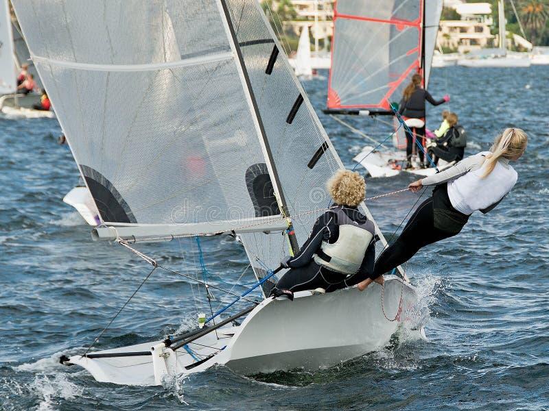 Niños que navegan actividades en el club navegante de Belmont el 16ft Lago foto de archivo