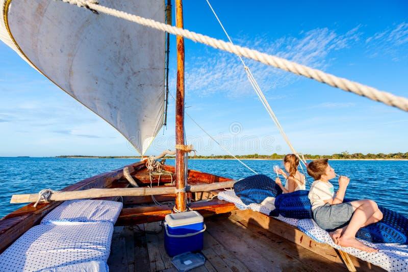 Niños que navegan en dhow imagen de archivo