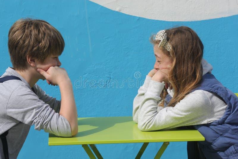 Niños que parecen aburridos y alimentados para arriba imagenes de archivo