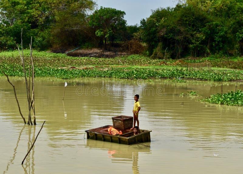 Niños que pescan en un río en Camboya fotos de archivo