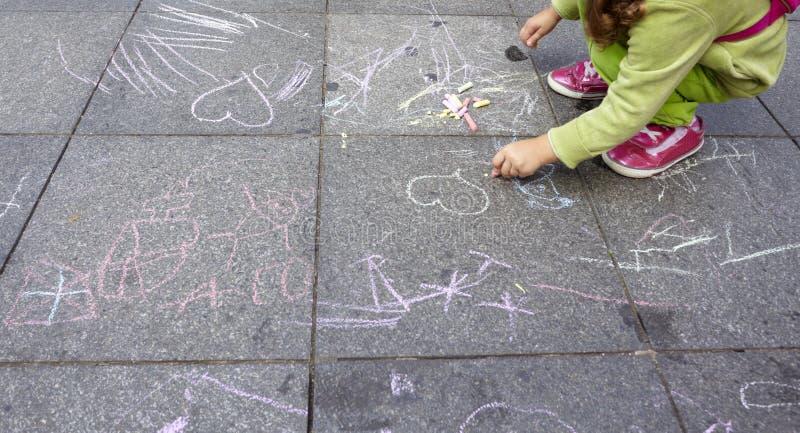 Niños que pintan la educación escolar del gráfico fotos de archivo