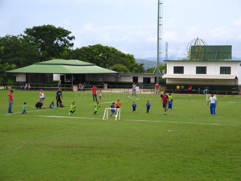 Niños que practican fútbol en una corte en la ciudad de Puerto Ordaz, Venezuela foto de archivo