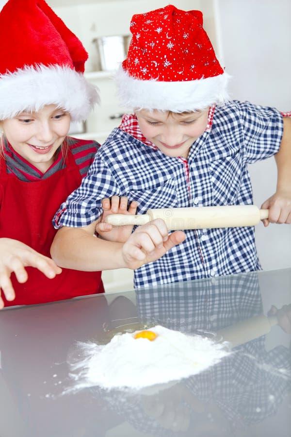 Niños que preparan la torta de la Navidad fotos de archivo