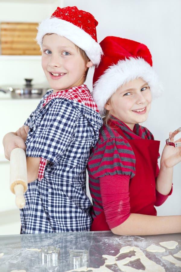 Niños que preparan la torta de la Navidad imágenes de archivo libres de regalías