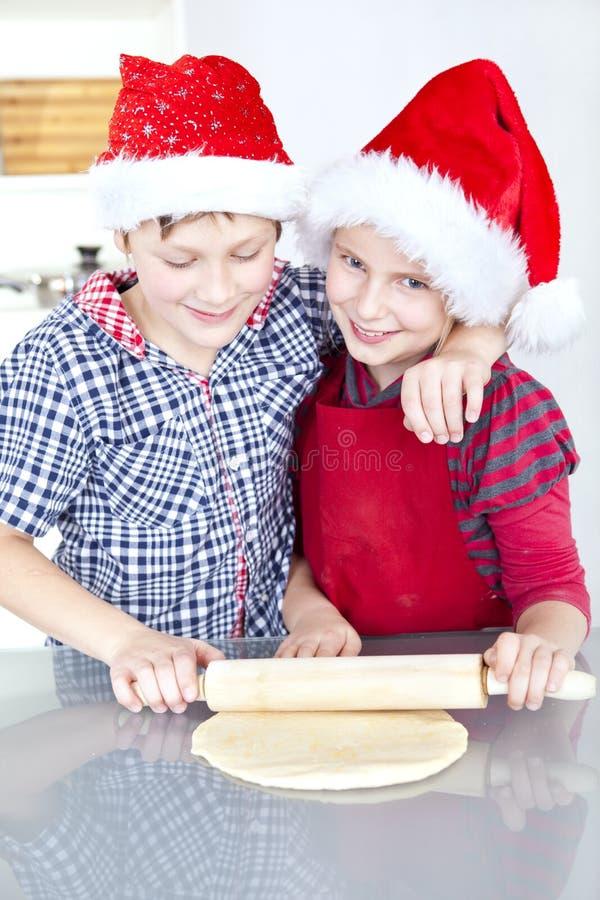 Niños que preparan la torta de la Navidad fotos de archivo libres de regalías