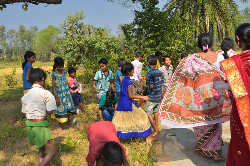 niños que realizan y que corren el lado de un templo fotos de archivo libres de regalías