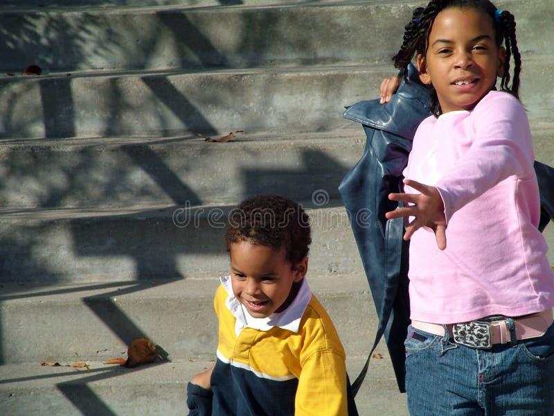 Niños que corren abajo de pasos foto de archivo libre de regalías
