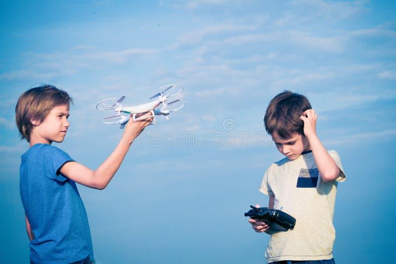 Niños que se preparan para volar el abejón al aire libre imagen de archivo