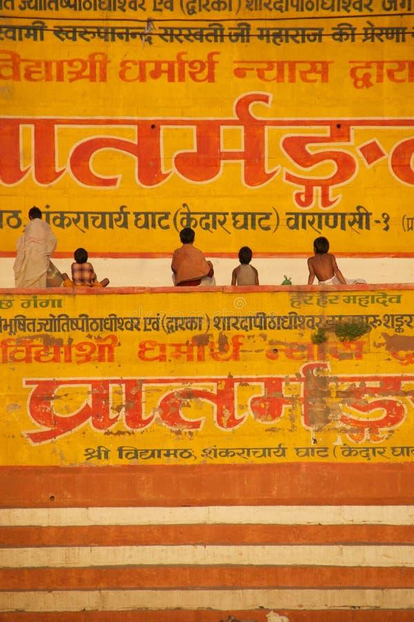Niños que se sientan en gath en Varanasi  imagen de archivo libre de regalías