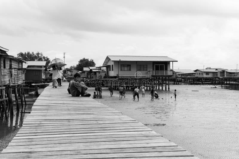 Niños que sientan el chalet residencial del mar del partido de balonvolea del paseo marítimo fotos de archivo