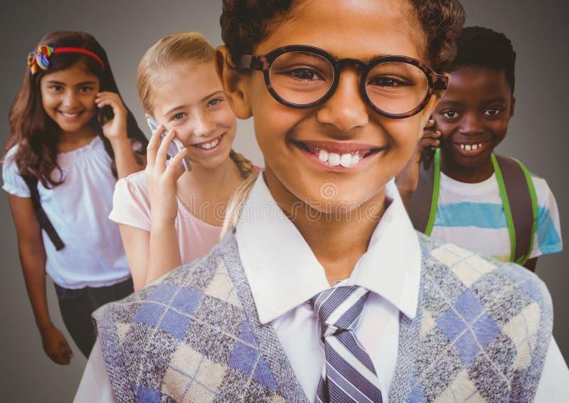 Niños que sonríen en los teléfonos fotos de archivo
