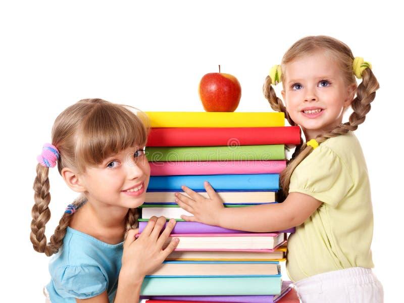 Niños que sostienen la pila del libro. imagenes de archivo