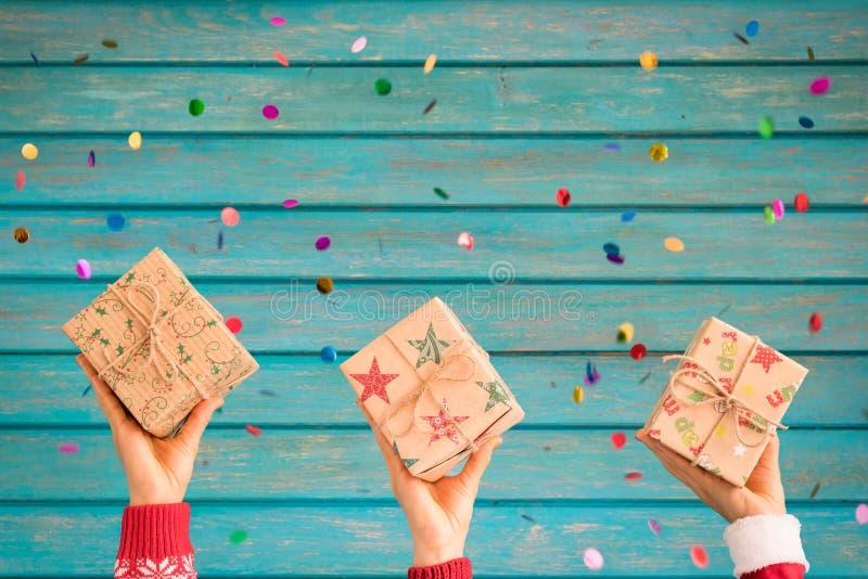 Niños que sostienen las cajas de regalo de la Navidad foto de archivo libre de regalías