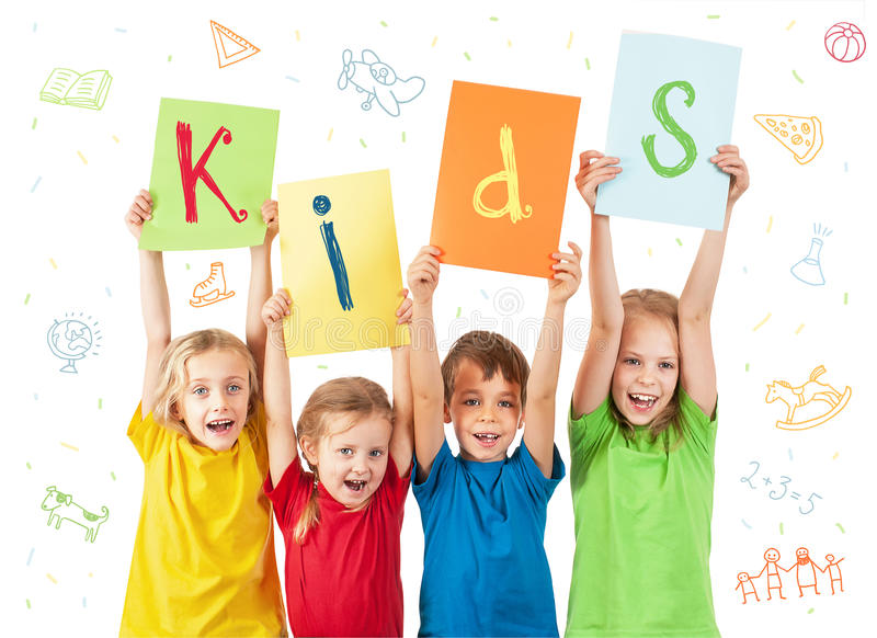 Niños que sostienen las hojas coloridas con las letras imagen de archivo