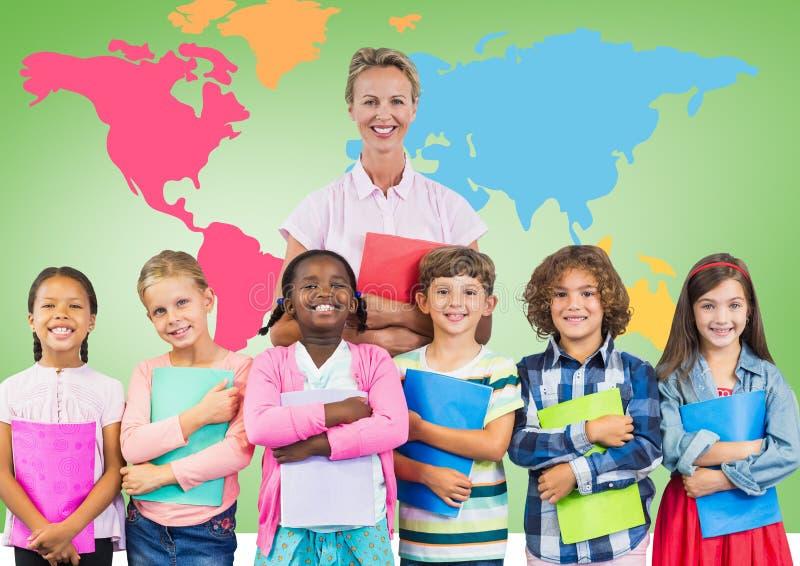 Niños que sostienen los libros de escuela con el profesor delante del mapa del mundo colorido fotos de archivo